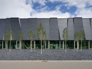 Das weit auskragende Vordach an der verglasten Südostseite ermöglicht das geschützte Auf- und Abladen