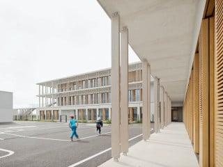 Die Grundschule in der Gustl-Bayrhammer-Straße von Wulf Architekten hat einen L-förmigen Grundriss