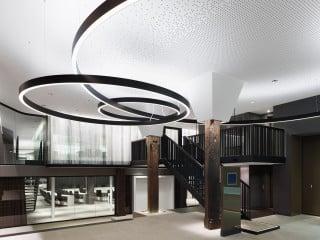 Wo vormals Markttreiben herrschte, befinden sich heute ein einladendes Foyer (Foto) und die Stadtinformation sowie angrenzend der große Sitzungssaal