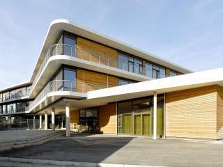 Behnisch Architekten entwarfen mit der Anna-Pröll-Mittelschule in Gersthofen einen Neubau, der zeitgemäße bauliche und pädagogische Anforderungen bestens verbindet
