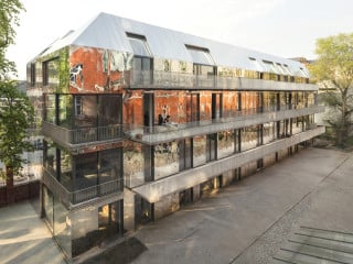 Auf dem Areal des ehemaligen Königlichen Corps-Bekleidungsamtes in Berlin-Moabit haben Sauerbruch Hutton ein viergeschossiges Wohn- und Atelierhaus errichtet