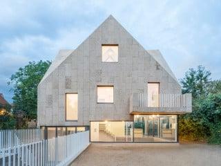 Beim Korkenzieherhaus, geplant vom Berliner Büro Rundzwei Architekten sind Fassade und Dach vollständig mit Korkplatten verkleidet