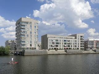 Auf der Rostocker Holzhalbinsel entstand direkt am Wasser ein neues Wohnquartier nach Plänen von Tchoban Voss Architekten