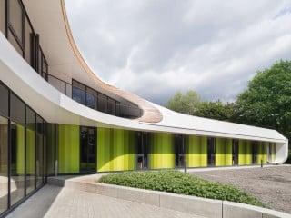 Bei dem zweigeschossigen Neubau der Jugendherberge in Bayreuth wurde den Gemeinschafts- sowie Außenflächen viel Platz eingeräumt.
