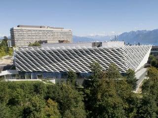 In exponierter Lage oberhalb der Stadt Lausanne zieht das von Behnisch Architekten geplante Krebsforschungszentrum Agora die Blicke auf sich.