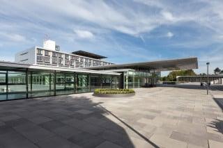 Der neue Haupteingang mit seinem weit auskragendem Flachdach übernimmt zentrale Funktionen für das gesamte Klinikum