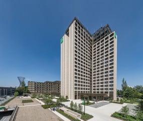 Das 20-geschossige Verwaltungsgebäude prägt auch nach der Revitalisierung stark den Charakter des Ortes.