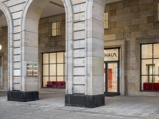 Um das Rathaus von Mannheim zeitgemäßen Standards hinsichtlich Barrierefreiheit und Sicherheit anzupassen, beraumte die Stadt eine denkmalgerechte Sanierung an.