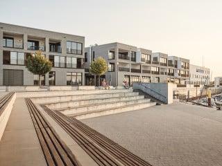 Unmittelbar am Hafen entstand nach Plänen von BKS Architekten aus Trier ein Ensemble aus zwei Gebäuden mit Büros, Gastronomie und Ferienwohnungen.