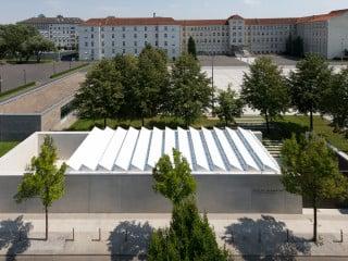 Der Raum der Information nach Plänen von TRU Architekten ergänzt das benachbarte Ehrenmal der Bundeswehr auf dem Areal des Verteidigungsministeriums.