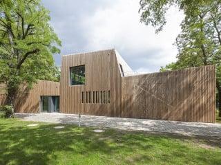Mit der Kantine Ecole Voltaire für die französische Grundschule entwarf das Büro Martin Schmitt Architektur einen Mensaneubau, der mitten in Berlin im Grünen steht.