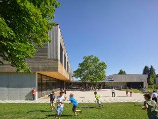 Die Volksschule Edlach in Dornbirn nach Plänen von Dietrich Untertrifaller Architekten ersetzt einen in die Jahre gekommenen Vorgängerbau.