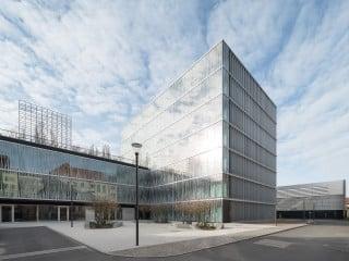 Vorplatz und Eingangsbereich des Berlin Institute for Medical Systems Biology (BIMSB) auf dem Campus Lebenswissenschaften der Humboldt-Universität in Berlin-Mitte.