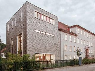 Die Hochschule für nachhaltige Entwicklung Eberswalde (HNEE) ist um einen Hörsaalanbau auf dem Stadtcampus größer geworden. avp Architekten haben die Erweiterung als Massivholzbau geplant.