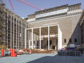 Der im Rohbau fertiggestellte Tempietto formt das neue zentrale Portal des Pergamonmuseums in Berlin.