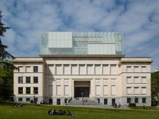 JSWD Architekten aus Köln und Chaix & Morel et Associés aus Paris haben ein in den 1930er-Jahren errichtetes Klinikum saniert und um einen gläsernen Aufsatz ergänzt.