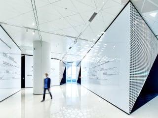 Atelier Brückner hat im chinesischen Qingdao ein 'brand land' für den chinesischen Elektrogerätehersteller Haier inszeniert.