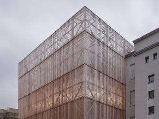Der von Ortner und Ortner geschaffene ungewöhnliche Bau der Hochschule für Schauspielkunst Ernst Busch vereint alle Abteilungen, die bisher auf verschiedene Standorte verteilt waren. Durch Kombination des holzverhüllten Korpus mit dem Altbau aus Beton gelang eine spannungsreiche Symbiose.