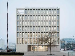 Die Bürgerdienste nahe dem Ulmer Hauptbahnhof sind nach einem Entwurf des Stuttgarter Büros Bez + Kock Architekten entstanden.