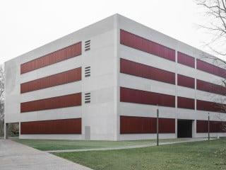 Schulz und Schulz Architekten aus Leipzig entwarfen für das Gebäude N auf dem Campus der Hochschule Karlsruhe einen quaderförmigen Baukörper auf quadratischem Grundriss.