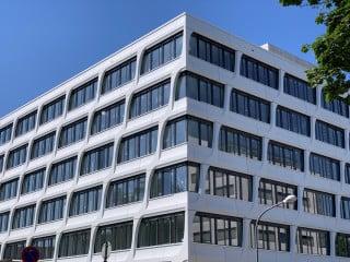 An nördlichen Neckarufer entsteht in Heidelberg ein heller, lichter Verwaltungsbau: die neue Konzernzentrale von HeidelbergCement.