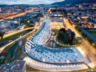 Wie ein Drache schlängelt sich der von Shigeru Ban entworfene Neubau über das Firmengelände vom Schweizer Uhrenkonzern Swatch in Biel.
