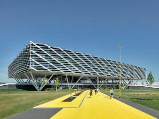 Auf dem Adidas-Campus in Herzogenaurach haben Behnisch Architekten ein Büro- und Empfangsgebäude erstellt.