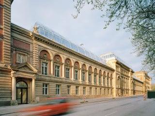 Im Mitteltrakt der einstigen Hamburger Oberpostdirektion entstand das Work Life Center nach Plänen von LH Architekten.