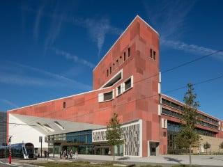 Ursprünglich für einen anderen Standort vorgesehen, entstand die Bibliothek nach Plänen von Bolles+Wilson im Nordosten des Kirchberg-Plateaus.