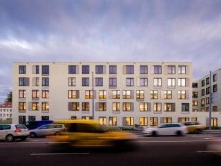 """Einen neuen Komplex auf dem Klinikareal im Nordwesten Basels konnte die Universitäre Altersmedizin Felix Platter beziehen. Dem vorausgegangenen zweistufigen Gesamtleistungswettbewerb konnte die Arbeitsgemeinschaft """"HandinHand"""", bestehend aus BAM Swiss/ BAM Deutschland, Marti Totalunternehmung, Wörner Traxler Richter Planungsgesellschaft sowie Holzer Kobler Architekturen, für sich endscheiden."""