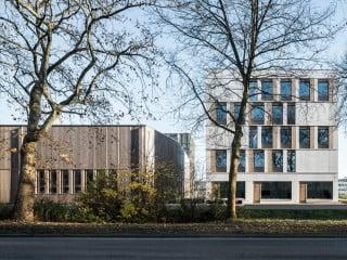 Nach nur eineinhalb Jahren Bauzeit konnte das Gebäudeensemble aus zwei Bürobauten und einer Produktionshalle in Winterthur nach Plänen von Bob Gysin Partner abgeschlossen werden.