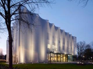 In Mönchengladbach haben SOP Architekten aus Düsseldorf den Neubau der Textilakademie NRW realisiert.