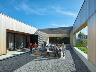 Der neue Schulbau für zehn Grundschulklassen entstand nach Plänen von Dietrich Untertrifaller umgeben von Einfamilienhäusern im Ortsteil Unterdorf.
