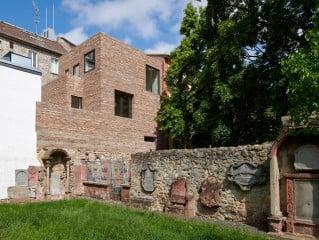 Der Neubau nach Plänen des Büros NKBAK erweitert einen Altbau in den vorhandenen Innenhof und ist vom Peterskirchhof aus sichtbar.