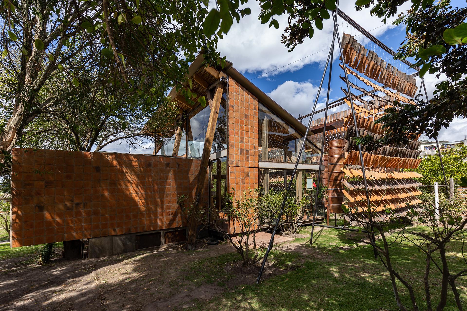 Haus Der Fliegenden Dachziegel In Pifo Sonnenschutz Wohnen