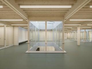 Eine lebendige Gebäudestruktur und große Fensterflächen zeichnen den Holzskelettbau aus, entworfen von Waechter + Waechter Architekten aus Darmstadt.