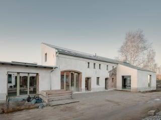 Eine baufällige Remise in Berlin-Rosenthal stattete das Planungsbüro Helga Blocksdorf Architekten mit einem neuen Kopfbau aus.