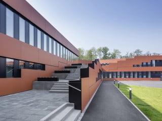 Auf dem Areal des Weltkulturerbes Zeche Zollverein im Nordosten von Essen planten Kadawittfeldarchitektur aus Aachen ein Verwaltungsgebäude für die RAG-Stiftung.