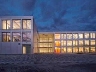 Ein besonderer Neubau ist in Berlin mit der Integrierten Sekundarschule (ISS) Mahlsdorf nach Plänen von NKBAK Architekten entstanden: Das Gebäude für rund 550 Schülerinnen und Schüler der 7. bis 13. Klasse wurde in Holzmodulbauweise errichtet.