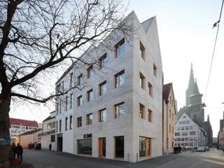 Auf einem rund 100 Quadtarmeter großen Eckgrundstück realisierten Hochstrasser Architekten ein sowohl giebel- als auch traufständiges Wohn- und Geschäftshaus.