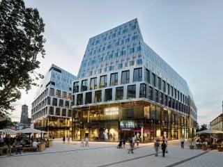 In Stuttgart ist zwischen dem Kaufhaus Breuninger (rechts) und dem Karlsplatz (links) das Dorotheenquartier nach Plänen von Behnisch Architekten entstanden.