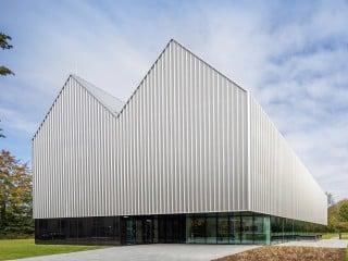 Mit dem Entwurf für einen Akademiebau der Deutschen Flugsicherung (DFS) im bayrischen Kaufbeuren beauftragt, lieferte das Büro Henn Architekten eine originelle Antwort.