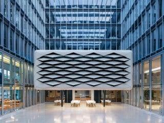 Zehn Jahre nach der Errichtung des Kölner Bürohauses wurde der Innenhof, abermals nach einem Entwurf des Düsseldorfer Architekturbüros SOP, mit einen zweigeschossigen Einbau versehen.