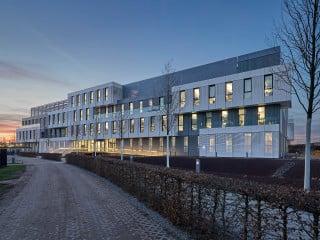 Die modulare Ordnung ist dem Bürogebäude WDF 53 für SAP (Westansicht) anzusehen. Durch die Fügung der Quader, ihren Hell-Dunkel-Kontrast und perforierte Fassadenelemente verliehen Scope Architekten ihm spielerische Leichtigkeit.