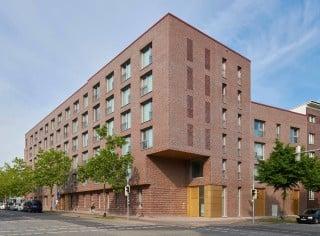 Der L-förmige Neubau nach Plänen von ASP Architekten Schneider Meyer Partnerschaft setzt die bestehende Blockrandbebauung fort.