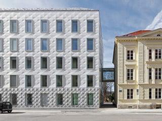 Am Rande des Münchner Kunstareals befindet sich der Erweiterungsbau für die evangelisch-lutherische Landeskirche in Bayern.