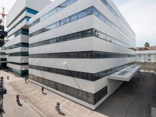 """Der Bau 98 ist Teil der """"Weißen Fabrik"""" in Basel und gliedert sich in das bestehende Ensemble auf dem Roche-Firmengelände ein."""