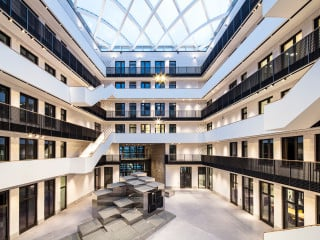 Störmer, Murphy and Partners wählten zwei unterschiedliche Klinkerfarben um den großen Baukörper des Zeisehofs optisch zu gliedern.