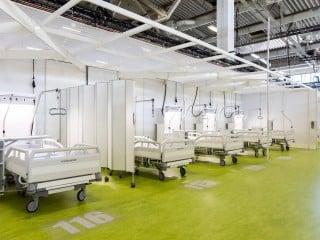 Wenn es schnell gehen muss: Knapp acht Wochen dauerte es vom Senatsbeschluss bis zur offiziellen Eröffnung des Corona-Behandlungszentrums in der Jafféstraße in Berlin, das nach Plänen von Heinle, Wischer und Partner entstanden ist.