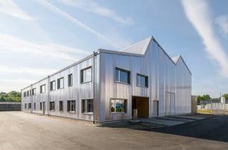 Auf dem Campus des Karlsruher Instituts für Technologie (KIT) in Eggenstein-Leopoldshafen haben Behnisch Architekten ein Forschungslabor errichtet, dessen Fassade aus Kunststoff im Licht farblich changiert.